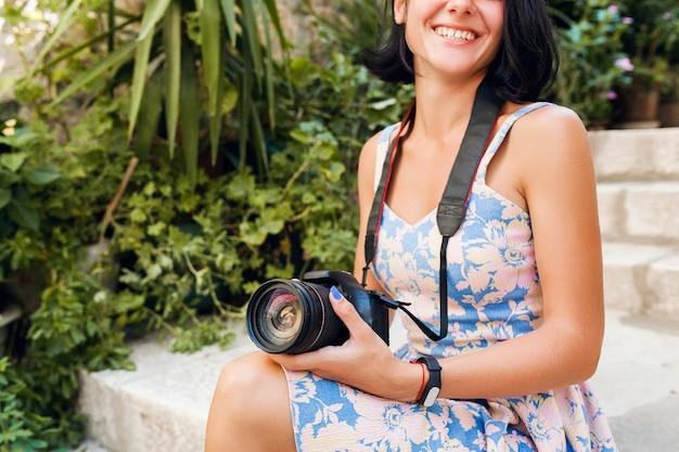Atrakcyjna Kobieta W Sukni Treveling Na Wakacjach W Europie Nad Morzem Na Rejs Robienia Zdjęć W Aparacie Darmowe Zdjęcia