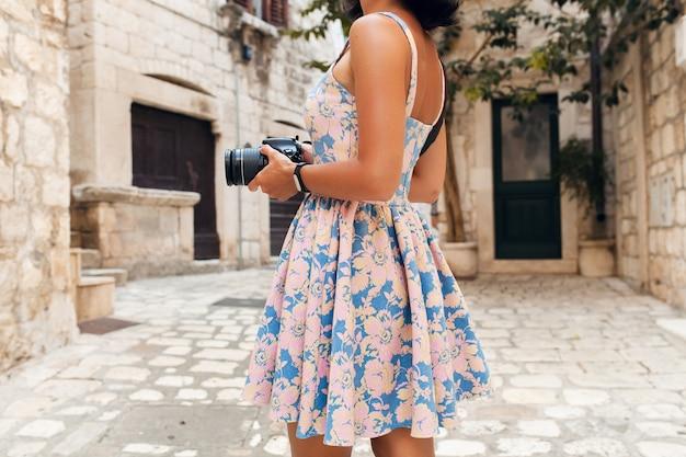 Atrakcyjna kobieta w sukni treveling na wakacjach w starym centrum włoch robienia zdjęć w aparacie