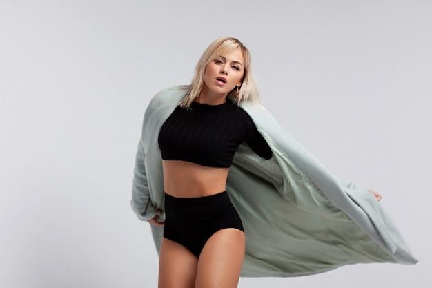 Atrakcyjna kobieta w tańcu płaszcz