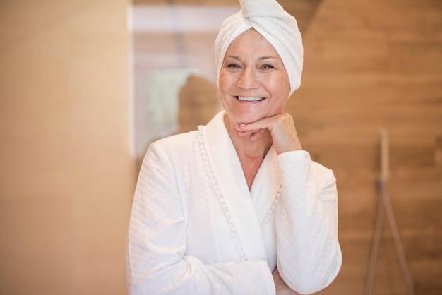 Atrakcyjna kobieta właśnie wzięła prysznic