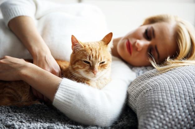 Atrakcyjna kobieta z czerwonym kotem