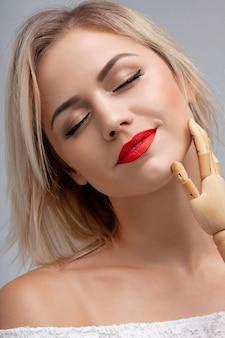 Atrakcyjna kobieta z czerwonymi ustami