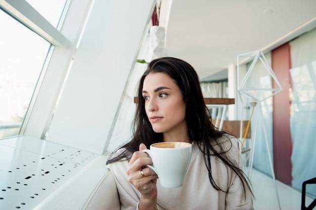 Atrakcyjna kobieta z filiżanką cappuccino