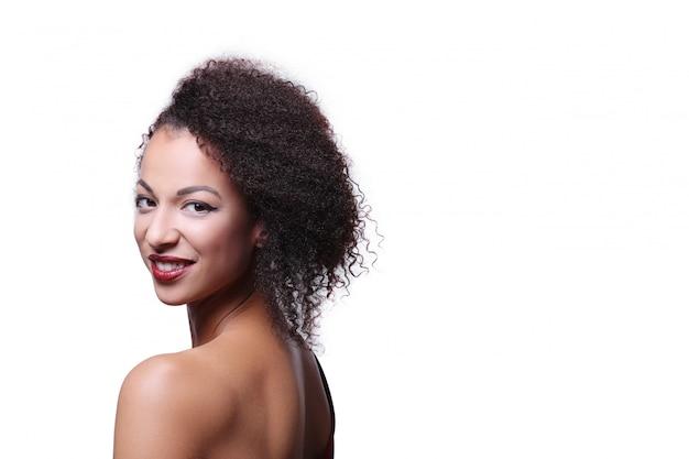 Atrakcyjna kobieta z fryzurą afro