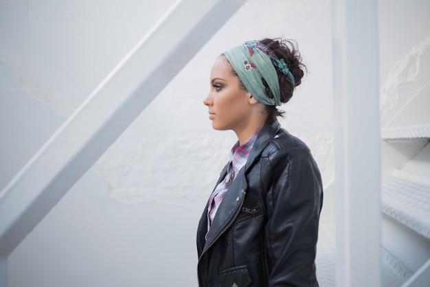 Atrakcyjna kobieta z hairband obsiadaniem na schodkach