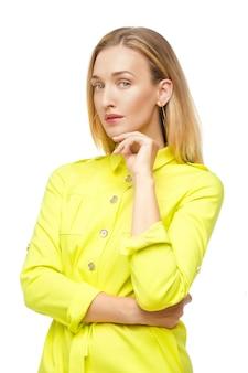 Atrakcyjna kobieta z jasnymi włosami w cytrynowej koszuli.