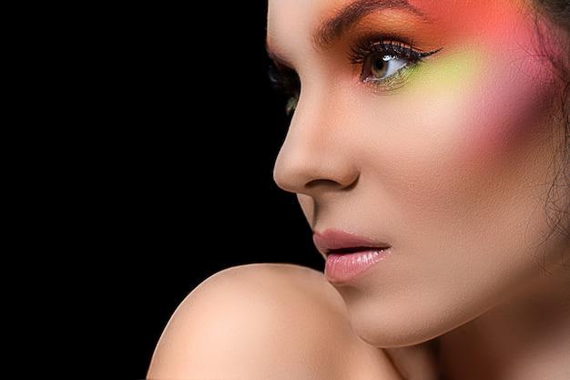 Atrakcyjna kobieta z kolorowym makijażem