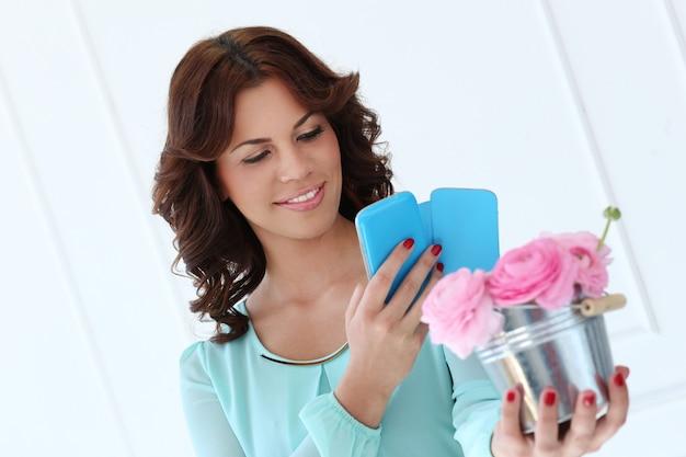 Atrakcyjna kobieta z kwiatami