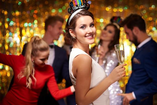 Atrakcyjna kobieta z lampką szampana