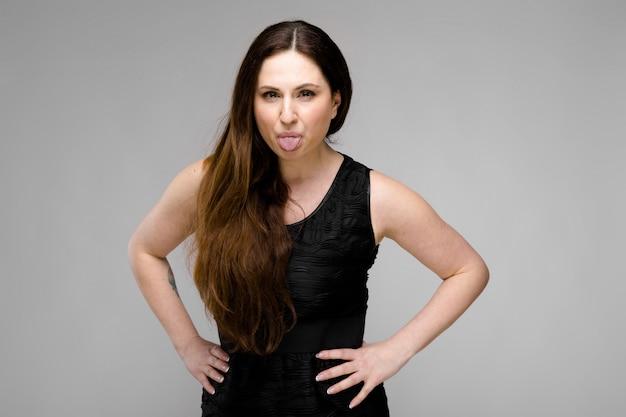 Atrakcyjna kobieta z nadwagą w modne ciuchy
