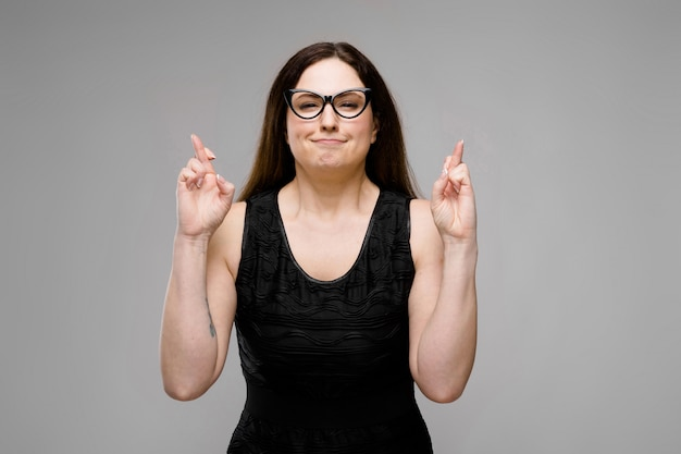 Atrakcyjna kobieta z nadwagą w okularach