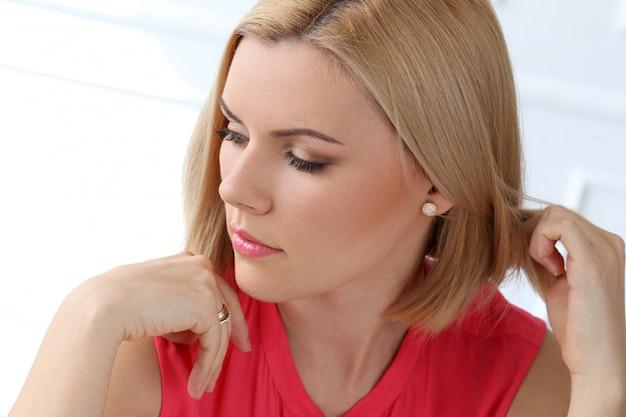 Atrakcyjna kobieta z pięknymi włosami