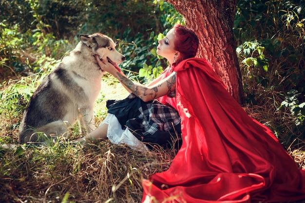 Atrakcyjna kobieta z psem. husky