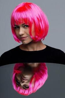 Atrakcyjna kobieta z różowymi neonowymi włosami