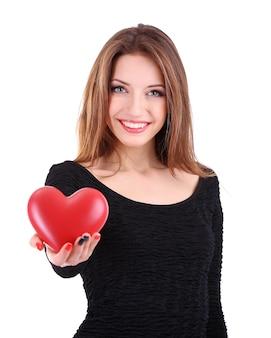 Atrakcyjna kobieta z sercem, na białym tle na białej powierzchni