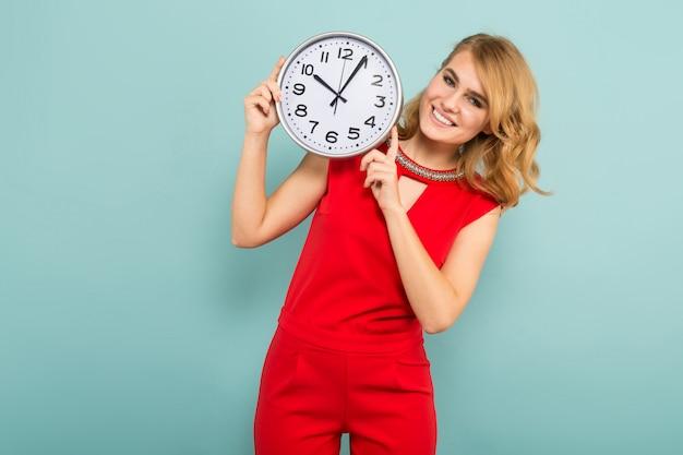Atrakcyjna kobieta z zegarami