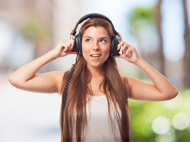 Atrakcyjna kobieta ze słuchawkami.