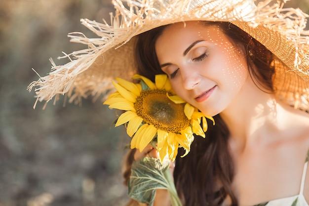 Atrakcyjna młoda blond kobieta z bukietem słoneczników. koncepcja wolna od alergii. kobieta z kwiatami w okresie letnim.