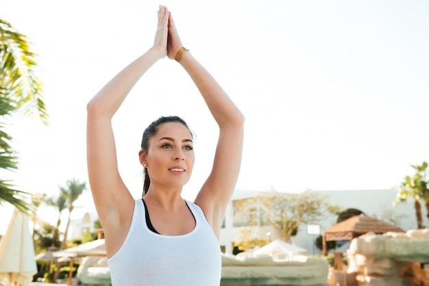 Atrakcyjna młoda dama fitness robi ćwiczenia jogi