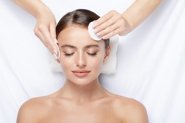 Atrakcyjna młoda dziewczyna robi masaż