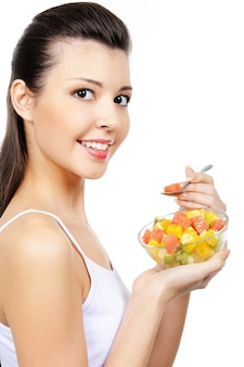 Atrakcyjna młoda dziewczyna śmiech jedzenie owoców cytrusowych deser