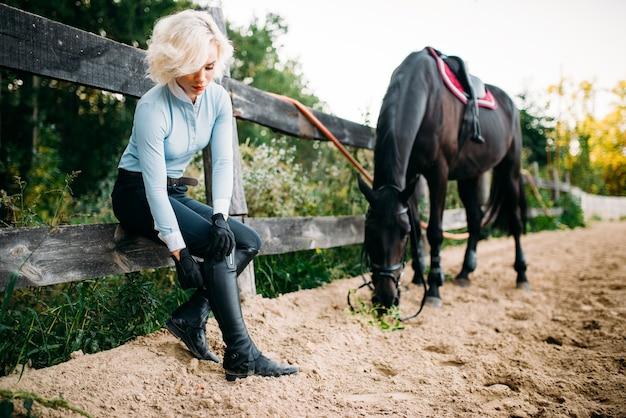 Atrakcyjna młoda kobieta i brązowy ogier, jazda konna. jeździectwo, młoda kobieta i piękny koń