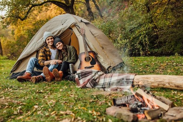 Atrakcyjna młoda kobieta i przystojny mężczyzna spędzają razem czas na łonie natury