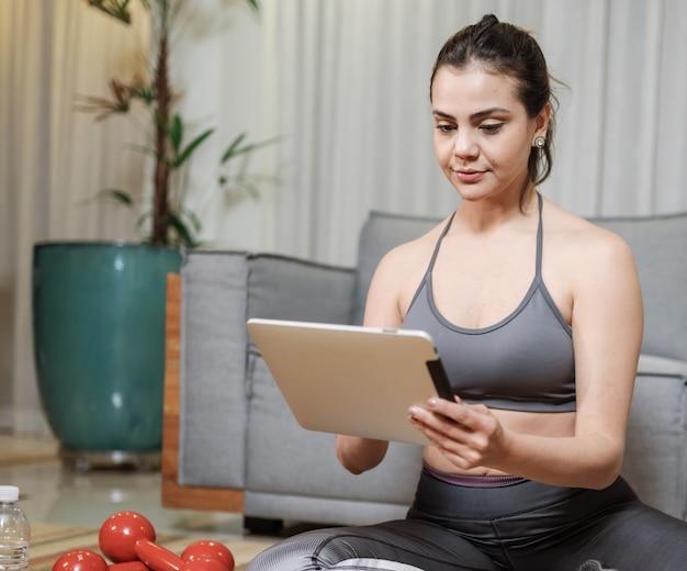 Atrakcyjna młoda kobieta łacińskiej ćwiczenia online w domu.