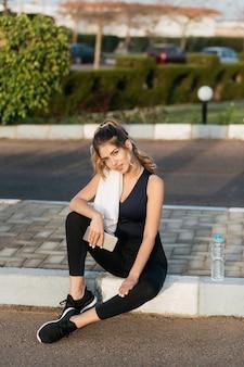 Atrakcyjna młoda kobieta sprawny chłodzenie na ulicy na zewnątrz w słoneczny poranek. trening, lato, fitness, trening, modna modelka, zdrowy tryb życia, motywacja