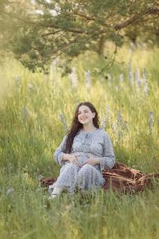 Atrakcyjna młoda kobieta w ciąży na zewnątrz