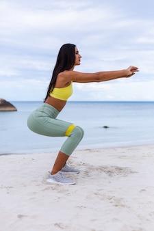 Atrakcyjna młoda kobieta w kolorowy sport nosić na plaży