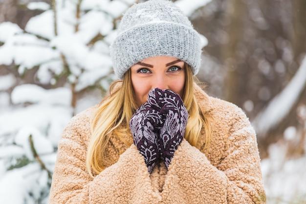 Atrakcyjna młoda kobieta w okresie zimowym na świeżym powietrzu. koncepcja śniegu, wakacji i sezonu.