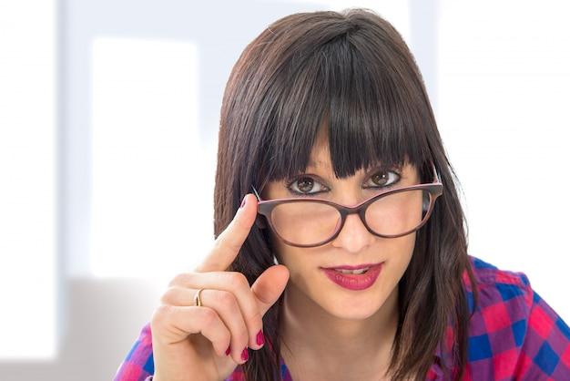 Atrakcyjna młoda kobieta w okularach