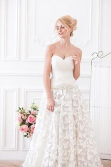 Atrakcyjna młoda kobieta w pięknej sukni. elegancka kobieta