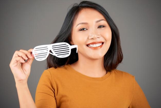 Atrakcyjna młoda kobieta w plastikowych okularach