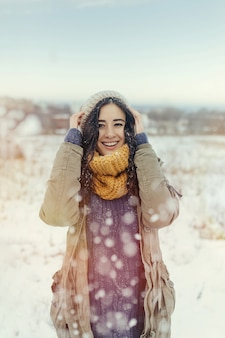 Atrakcyjna młoda kobieta w wintertime plenerowym