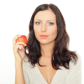 Atrakcyjna młoda kobieta z jabłkiem - zdrowe odżywianie