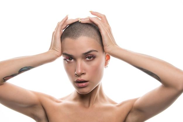 Atrakcyjna młoda kobieta z krótkimi włosami pozowanie na białym tle