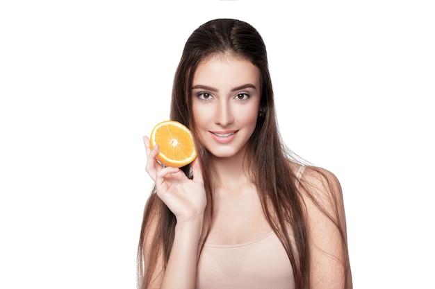 Atrakcyjna młoda kobieta z pomarańczy na białym tle. zdrowe jedzenie