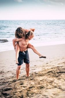 Atrakcyjna młoda para bawi się razem z miłością