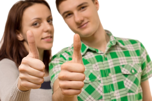 Atrakcyjna młoda para daje kciuk w górę