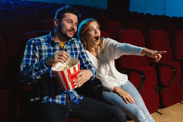 Atrakcyjna młoda para kaukaski ogląda film w kinie, domu lub kinie.