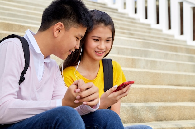 Atrakcyjna młoda para słucha muzyki