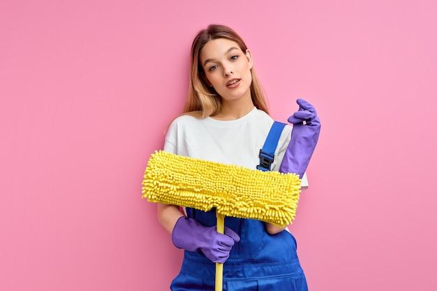 Atrakcyjna młoda pokojówka kaukaski będzie czyścić podłogę mopem