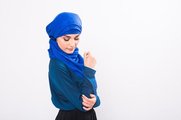 Atrakcyjna muzułmanka na białym tle, studio strzał
