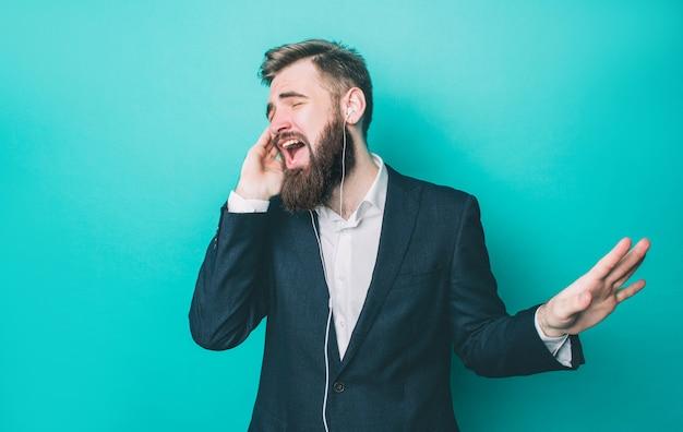Atrakcyjna osoba słucha muzyki przez słuchawki i śpiewa