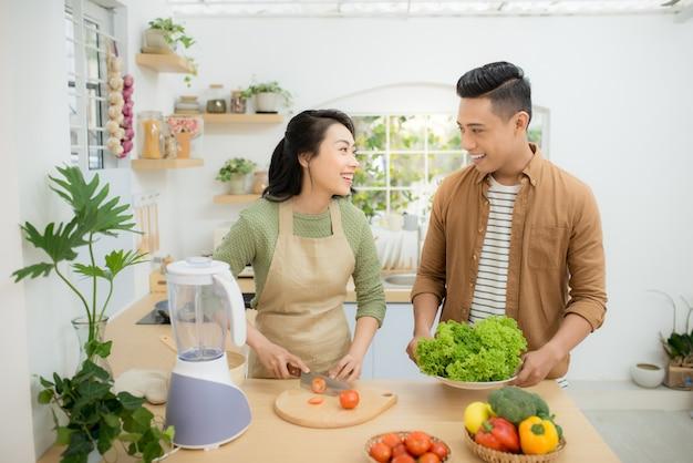 Atrakcyjna para gotuje na kuchni.