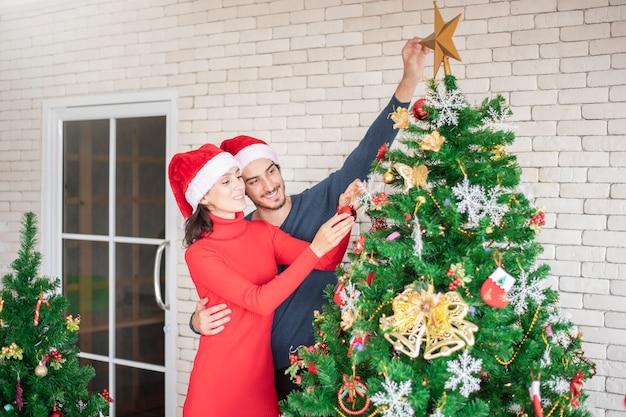 Atrakcyjna para miłości rasy kaukaskiej świętuje boże narodzenie w domu