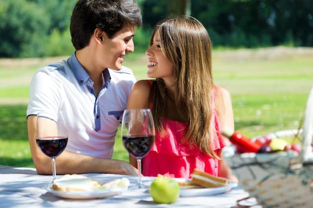 Atrakcyjna para na romantycznym pikniku na wsi.