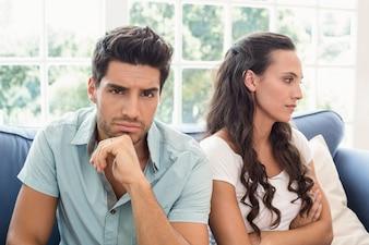 Atrakcyjna para nie rozmawia na kanapie
